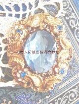 英国 ブロカント〜アンティーク 〜1950年頃 白い小花の花冠 カットガラスのブローチ